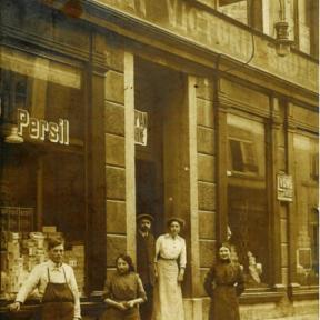 De winkel van Louis De Wolf op de Demerstraat 23, ca. 1920 (privécollectie).