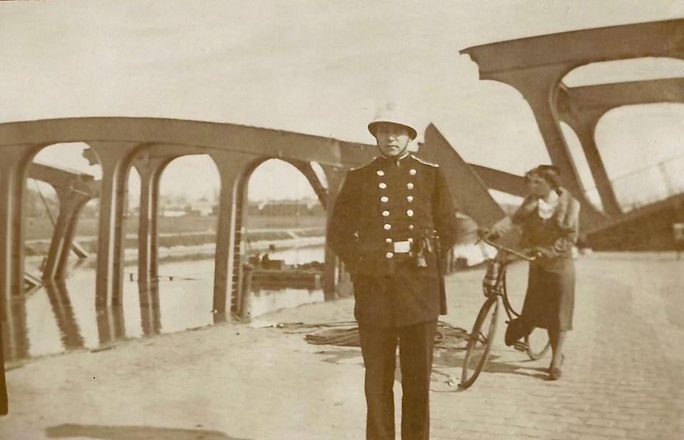 Louis Berten aan de ingestorte kanaalbrug, 1938 (uit: privécollectie)