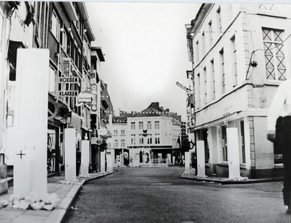 Straatversiering tijdens de Virga Jessefeesten van 1968, door het rot van de Botermarkt-Zuivelmarkt (foto: collectie Virga Jessecomité Hasselt)
