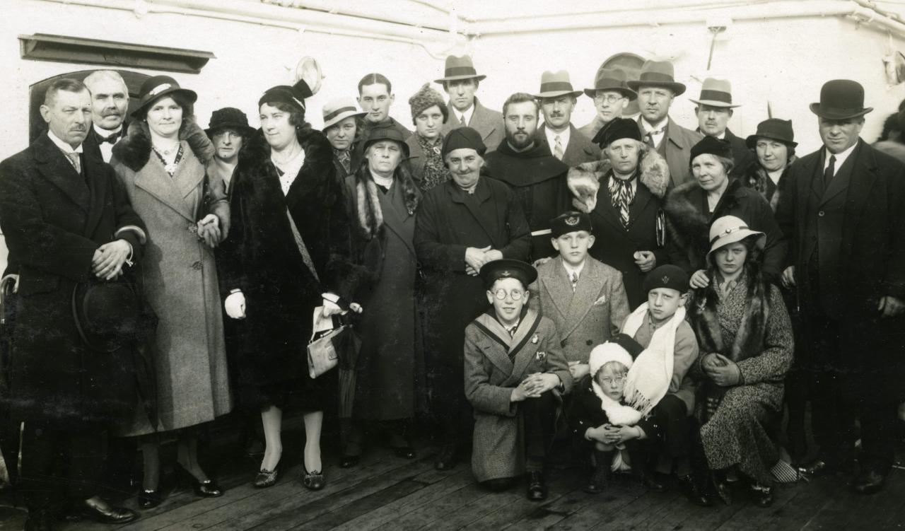 Frans Tempels wordt uitgewuifd door zijn familie, bij het eerste vertrek naar Congo vanuit Antwerpen, 3 november 1933 (foto privécollectie)