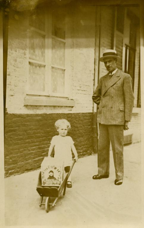 Georges Kolb met zijn zoon in de Aldestraat, met een blikken doos 'cornets of hoorntjes en galettes' voor de crèmerie (foto: privécollectie)