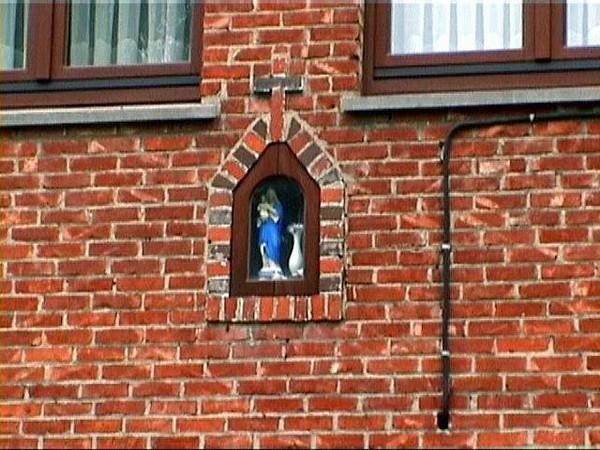 Kapelletje Onze-Lieve-Vrouw, gevel Herkerstraat 33 (http://kadoc.kuleuven.be/kapelletjes/images/lim/34has654402.jpg, 2000)
