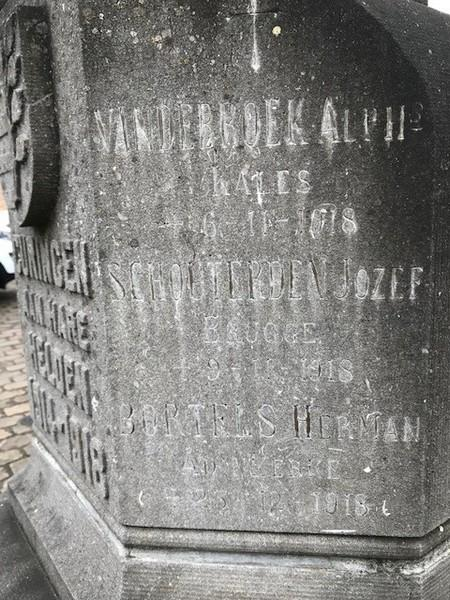 Paneel rechts van 'Curingen aan hare helden 1914-1918': Vandebroek, Schouterden, Bortels (foto: Tony Leen, 03-2018)