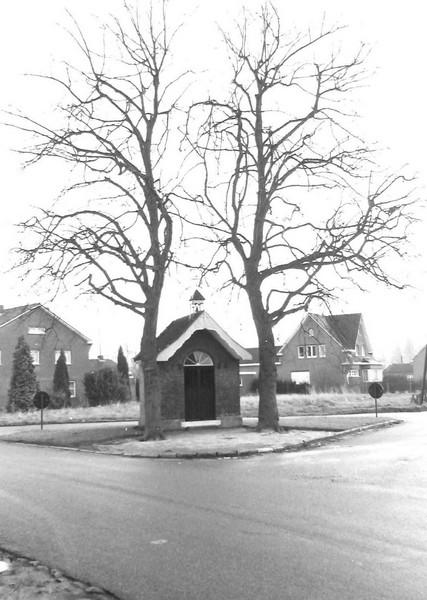 Kapel Onze-Lieve-Vrouw der Armen van Banneux, op het kruispunt van de Rapertingenstraat, de Tomstraat en de Bieststraat (uit: Inventaris van het cultuurbezit in België (1981), fig. 831 - Frieda Schlusmans, 11-1975 - Vlaamse Gemeenschap)