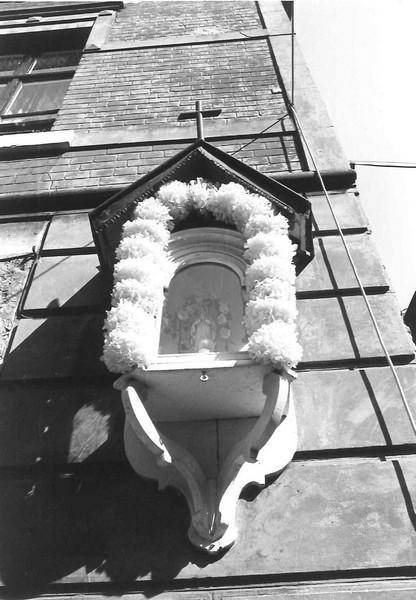 Muurkapel Onze-Lieve-Vrouw, Schrijnwerkersstraat 9 (uit: Inventaris van het cultuurbezit in België (1981) - Frieda Schlusmans, 08-1975 - Vlaamse Gemeenschap)