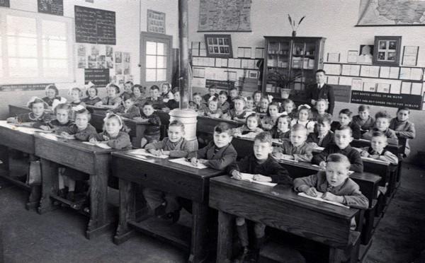 Gemeenteschool Tuilt - Klasfoto met meester Raymakers, 1952 (uit: Kuringen Sint-Jansheide Schimpen Tuilt Stokrooie / Warm aanbevolen (2004), p. 82)