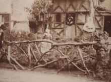 """Uitbeelding van het """"Huis van Hendrik, eerste inwoner"""", in de Dorpsstraat tijdens de Virga Jessefeesten van 1891. (collectie Virga Jessecomité)"""