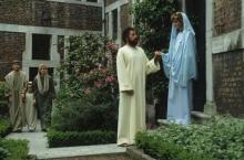 Virga Jesseommegang 1989. Voorstelling kledij Maria- & Chtistusfiguur in het Provinciaal Begijnhof. (collectie Virga Jessecomité)