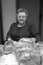 Elza Hustinx-Hermans zorgt voor de broodbedeling, 2008 (uit: Kiewit & Banneux / Warm aanbevolen (2008), p. 116)
