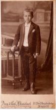 Louis Berten tijdens zijn communie gefotografeerd door familie Blanckart, 1915 (uit: privécollectie)