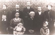 Louis Berten op 2-jarige leeftijd met zijn familie, 1905 (uit: privécollectie)