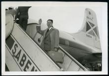 Edgard Jamart stapt op het vliegtuig naar Congo (foto: privécollectie)