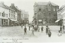 Gezicht op de Fruitmarkt met op het voorplan links De Fluwelen Pispot, ca. 1900 (prentbriefkaart)