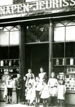 Winkel Fr. Knapen-Jeurissen, Fruitmarkt 22 (privécollectie)