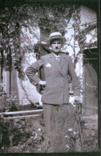 Georges Kolb op de binnenkoer van de gezinswoning, Aldestraat 18 (foto: privécollectie)