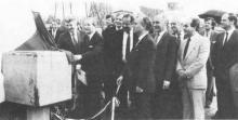 Minister Eyskens onthulde een gedenkplaat op de esplanade van de Grenslandhallen. (uit: Grenslandhallen te Hasselt feestelijk geopend (1983))