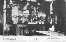 Het interieur van de Drie Pistolen, omstreeks 1910 (uit: Hasseltse uithangborden en gevelstenen (1979), p. 68)