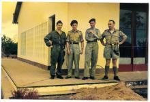Kitona, met v.l.n.r. Jozef Verlaak, D. Baudoul, padre paras S.J. Deckers, Bob Lootens, juli 1960 (foto: privécollectie)