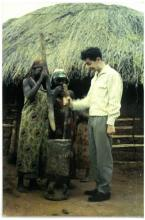 Jozef Verlaak als maniokstamper in Usumbura (Burundi), 18 december 1960 (foto: privécollectie)