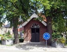 Kapel Onze-Lieve-Vrouw der Armen van Banneux, op het kruispunt van de Rapertingenstraat, de Tomstraat en de Bieststraat (foto: Sonuwe, 2011)