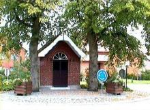 Kapel Onze-Lieve-Vrouw der Armen van Banneux, op het kruispunt van de Rapertingenstraat, de Tomstraat en de Bieststraat ( http://kadoc.kuleuven.be/kapelletjes/images/lim/39has661421.jpg, 2000)