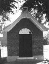 Kapel Onze-Lieve-Vrouw der Armen van Banneux, op het kruispunt van de Rapertingenstraat, de Tomstraat en de Bieststraat (uit: Rapertingen viert eeuwfeest van Mariakapel (1988))