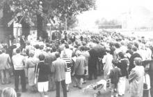 Heel de buurtgemeenschap was aanwezig aan de Mariakapel om getuige te zijn van de feestelijkheden rond het honderdjarig bestaan ervan. (uit: Heel Rapertingen viert honderd jaar Mariakapel (1988))