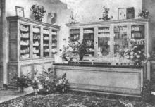 Achter de spiegelglasramen van het gepolychromeerd meubilair bij Verjans staan een keur van schoonheidsprodukten uitgestald. (uit: Alles voor de schoonheid onder één dak... Parfumerie Verjans heropend te Hasselt (1966))