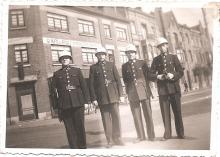 Louis Berten (2de van links) met 3 collega's (o.a. de latere hoofdinspecteur Henri Fittelaer) op de hoek van de Koningin Astridlaan, voor het toenmalige Café Restaurant du Boulevard, 1945