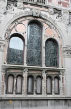 Glasramen uit 1956 van de hand van Roger Daniels (Sint-Truiden 1924-Hasselt 2015), provincieraadsgebouw, Lombaardstraat 21-23 (foto: Erfgoedcel Hasselt, 2009)