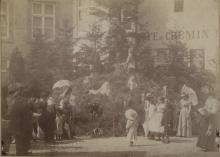 Straatversiering tijdens de Virga Jessefeesten van 1898, door het rot van de Maagdendries-Diesterstraat (foto: collectie Virga Jessecomité Hasselt)