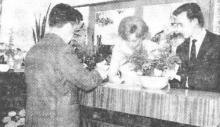 De eerste klant in gesprek met de echtelingen Charles Sarlée-Bosmans (uit: Reizen Sarlée huldigde nieuw kantoor in te Hasselt (1963))