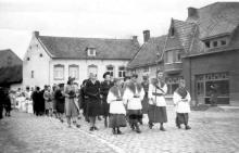 Processie door de straten van het Dorp. De brouwerij Boesmans was toen al afgebroken. (uit: Stevoort ... warm aanbevolen (2002), p. 28)