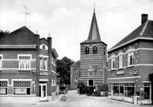 De kerk staat niet in het midden van het dorp maar wel aan de andere kant van de Herkrivier. (uit: Stevoort ... warm aanbevolen (2002), p. 30)