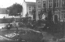 Stadhuis, Groenplein, tijdens de Virga Jessefeesten in 1912 (uit: Het Belang van Limburg, 01-08-1982, p. 44)