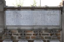 Gedenkwand (rechterdeel) Ereperk oud-strijders 1914-1918 (Oud Kerkhof, Kempische Steenweg) (foto: Annemie America, 2014)