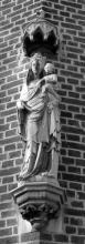 Beeld van Onze-Lieve-Vrouw in de zijgevel van de kerk (uit: Wimmertingen / Warm aanbevolen (2009), p. 15)