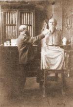 Emile Cantillon (1859-1917) boetseert de buste van Guillaume Stellingwerff (1841-1923) (collectie Het Stadsmus Hasselt)