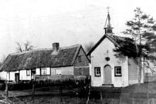 Kapel van Tuilt, hoek Beyenstraat - Schouterveldstraat / Links hoeve Feytons, Beyenstraat 33, 1953 (uit: Kuringen Sint-Jansheide Schimpen Tuilt Stokrooie / Warm aanbevolen (2004), p. 65)