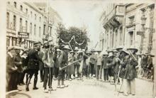 Postkaart: inhuldiging van de eerste pastoor Demeer van Rapertingen, 2 augustus 1926 (foto: privécollectie)